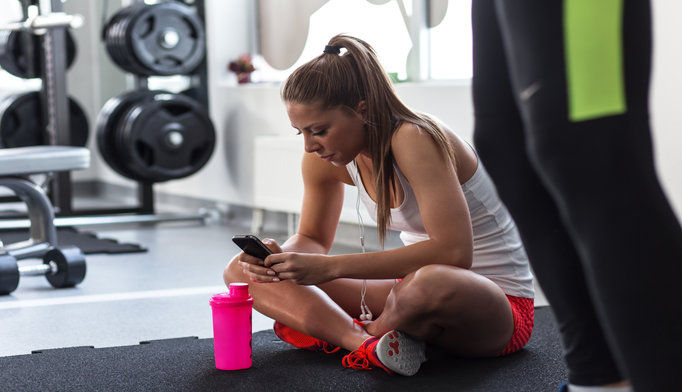 girl-using-smartphone-at-gym_1115